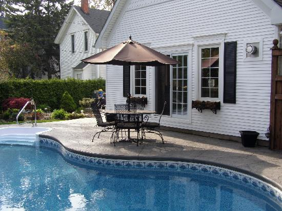 Marlborough House Bed & Breakfast: Backyard Pool & Waterfall View