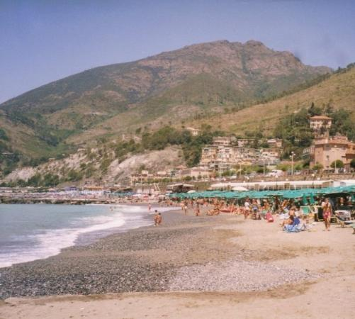 "Levanto, Italië: Another view of the beach. They wanted 50 Euros to ""rent"" a beach chair for the day, crazy!"