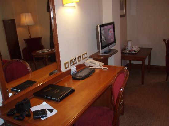 O'Callaghan Davenport Hotel: Desk and TV
