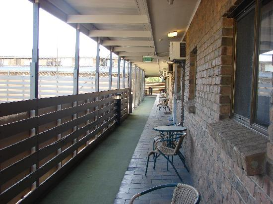 Marion Motel and Apartments: Common balcony