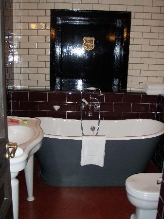 Merchant Hotel: I dont usually like baths but I LOVED this bath - big enough for 2!!