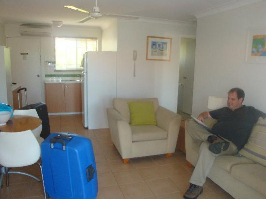 Arlia Sands Apartments: Nice roomy living room and kitchen, airconditioned, life could be worse