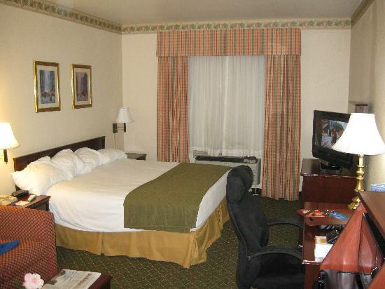 Country Inn & Suites by Carlson Fort Worth: Sleeping area (I messed up the pillows)