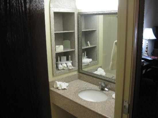 Country Inn & Suites by Carlson Fort Worth: Sink in bathroom
