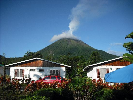 Hotel Villas Vilma: View of the rooms with Volcan Arenal in the back