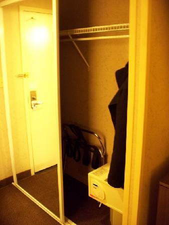 Comfort Inn Dulles International Airport: closet with safe, ironing board and luggage rack