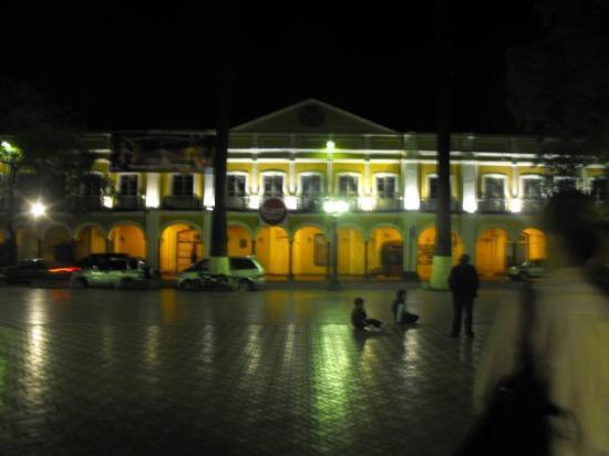 Cochabamba, Bolivia: Plaza y sus ticos...