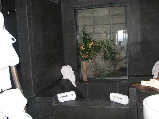 Sirangan Beach Resort: bathroom