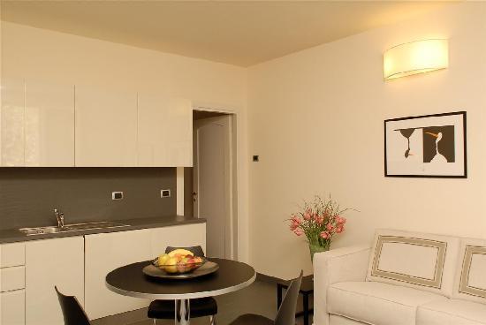 Soggiorno moderno foto di cittadella residence firenze for Foto soggiorno moderno