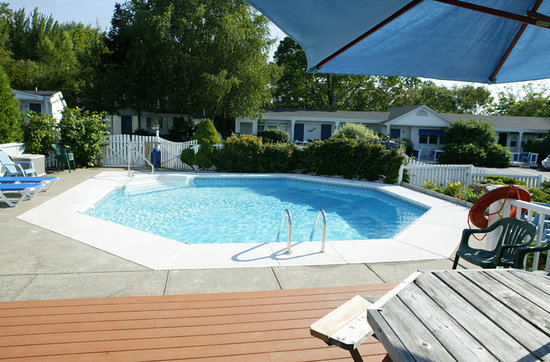 ‪‪Glen Cove Inn & Suites‬: Heated Outdoor Pool‬
