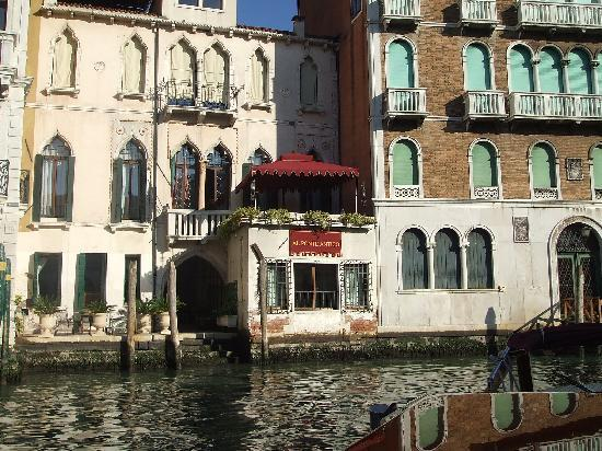 Al Ponte Antico Hotel: The hotel and its wonderful balcony (view from our water taxi)