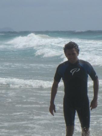 Orewa, นิวซีแลนด์: Nadando un poco mas equipado ya con mi traje =)