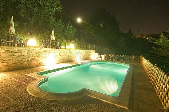 Villa Nuba Charming Apartments: The swimming pool with salt water by night