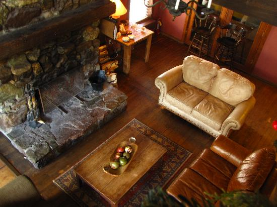 Rico Hotel Mountain Lodge: A warm fire and beverage of choice from our full bar awaits you.