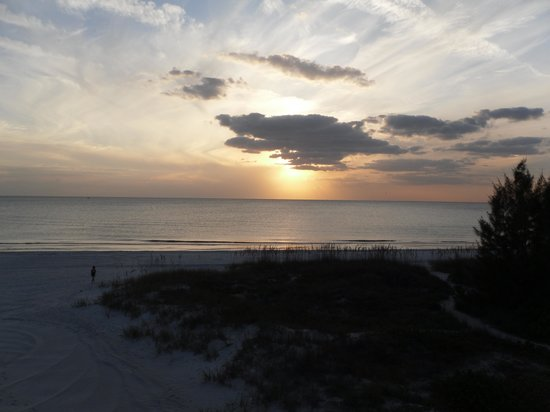 Barefoot Beach Hotel: Sunset from our room