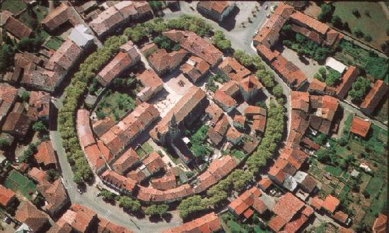 Martres-Tolosane, Франция: Le village de Martres Toosane, basite à double enceinte