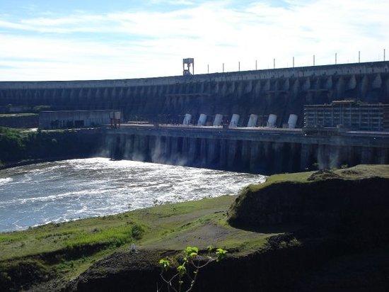 ฟอสโดอีกวาซู: Esta es la represa de Itaipu (piedra que canta).