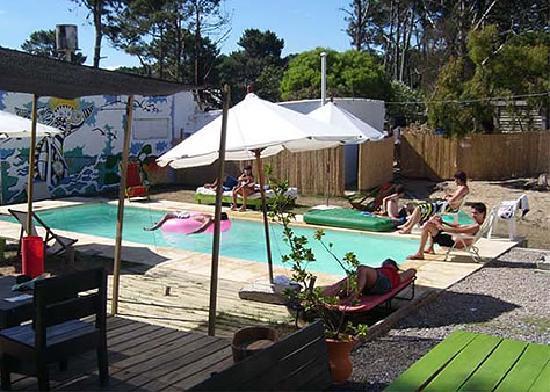 El Viajero Manantiales Beach Hostel: Piscina y bar del hostel