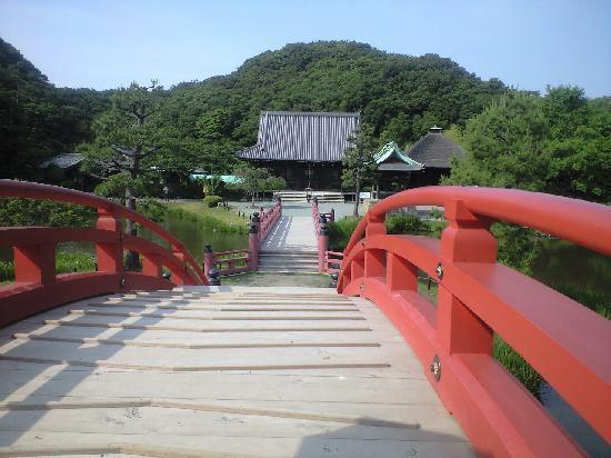 Shomyo-ji Temple: 太鼓橋の向こうの本堂
