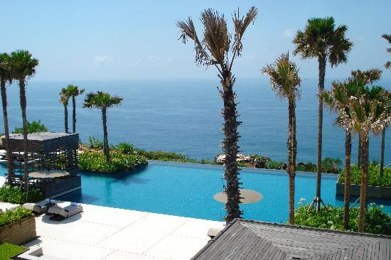 Alila Villas Uluwatu: Pool view overlooking the sea