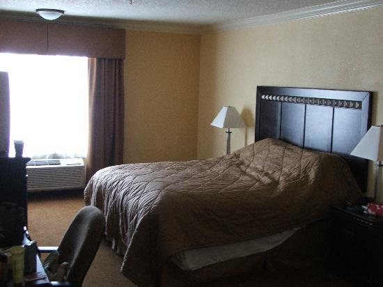 Quality Inn & Suites Bell Gardens: Inside the room