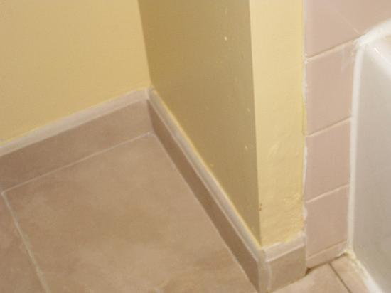 TownePlace Suites Philadelphia Horsham: Either renovate, or don't. 1970s pink tile with new floor and fairly new paint.