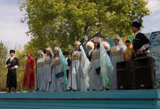 Pavlodar, Kasakhstan: Emsemble af unge med rødder i Kabardino-Balkaria i Kaukasus