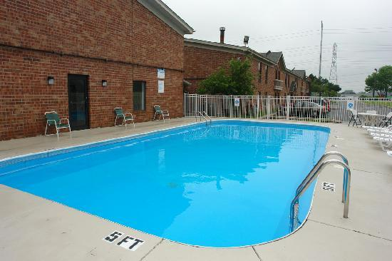 Motel 6 Waukegan: Outdoor Heated Pool