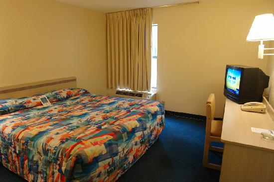 Motel 6 Waukegan: Standard King Size Bedroom