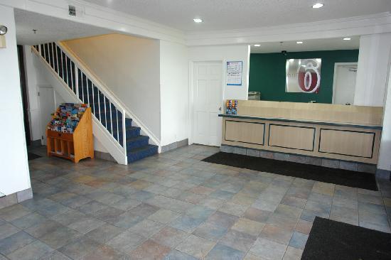 Motel 6 Waukegan Lobby