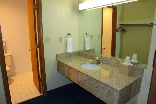 Motel 6 Waukegan: Bathroom