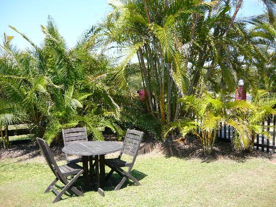 Pacific Palms Motor Inn: The beautiful garden and table area