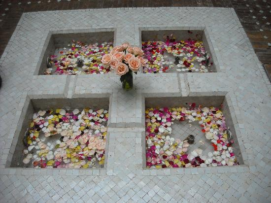 Riad Magellan Yoga : The beautiful fountain in the middle of the courtyard - it is surrounded by candles at night