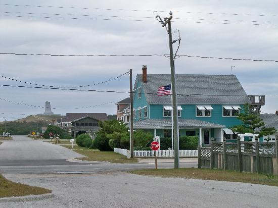 Cypress House Inn: Wright Memorial in background