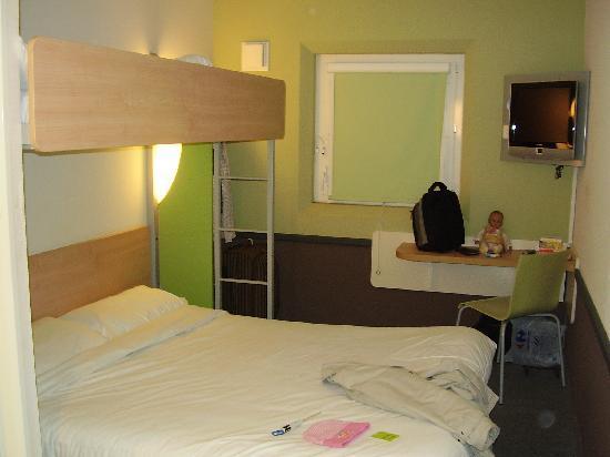 Ibis Budget London Hounslow: Habitacion funcional con tres camas