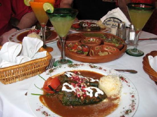 Todos Santos, Mexiko: Rellenos, appetizer platter, and margaritas