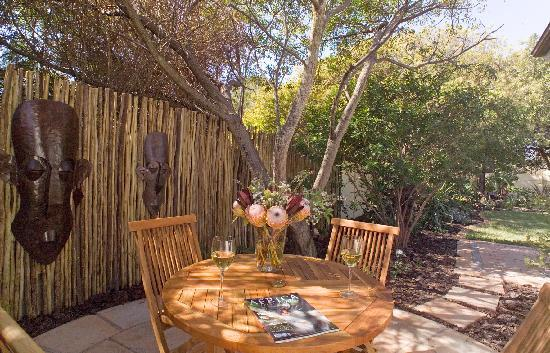 3 Palms Luxury Cottage: Private garden