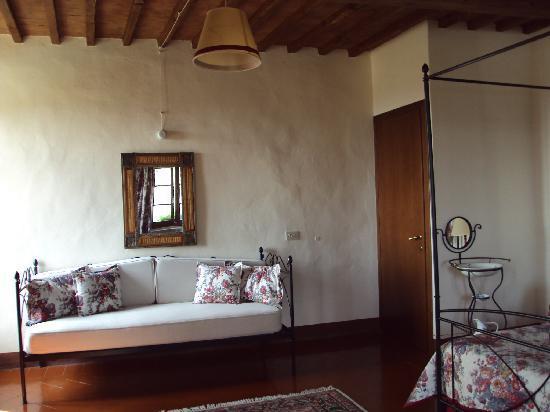 B&B La Canonica di San Michele: Sofa in our room