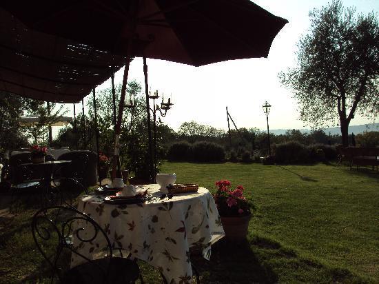 B&B La Canonica di San Michele: Outdoor breakfast table