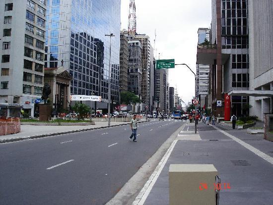 Ibis Paulista: Av Paulista Frente al Hotel, impecable
