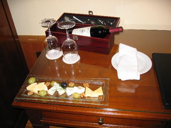 Golden Well Hotel: Wine and cheese plate upon arrival