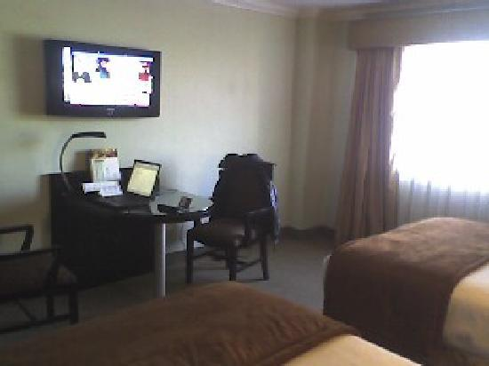 Hotel Real del Rio Tijuana: TV and desk area