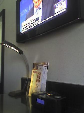 Hotel Real del Rio Tijuana: Desk lamp, iPod speaker, flat-screen TV