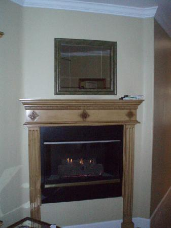 Cayucos Sunset Inn: Champagne room fireplace