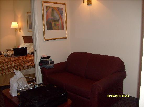 InTown Suites Plus: Sittin area with Pull out bed