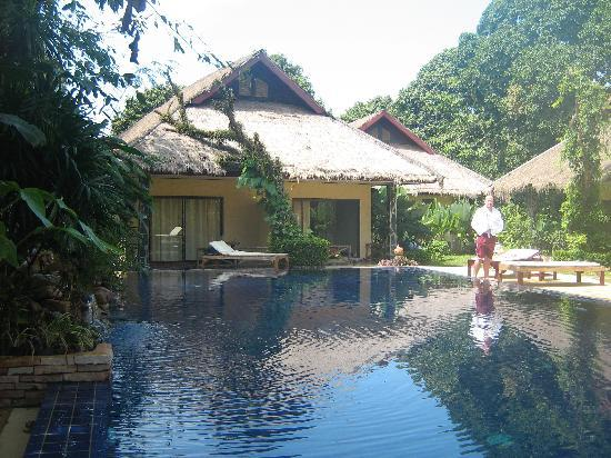 Garden Resort: poolside bungalow