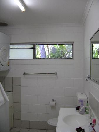 Lychee Tree Holiday Apartments: bathroom/laundry