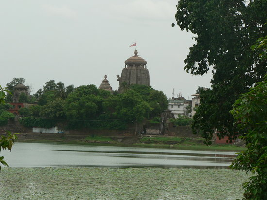 Bhubaneshwar, Indien: Bindusagar lake with Lingaraj Temple in the background
