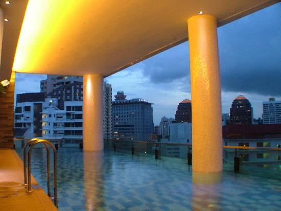 The Quincy Hotel by Far East Hospitality: pool by night