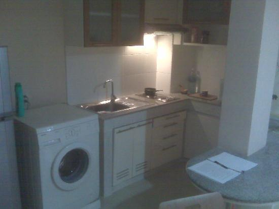Silom Convent Garden: The kitchen in the one-bedroom unit